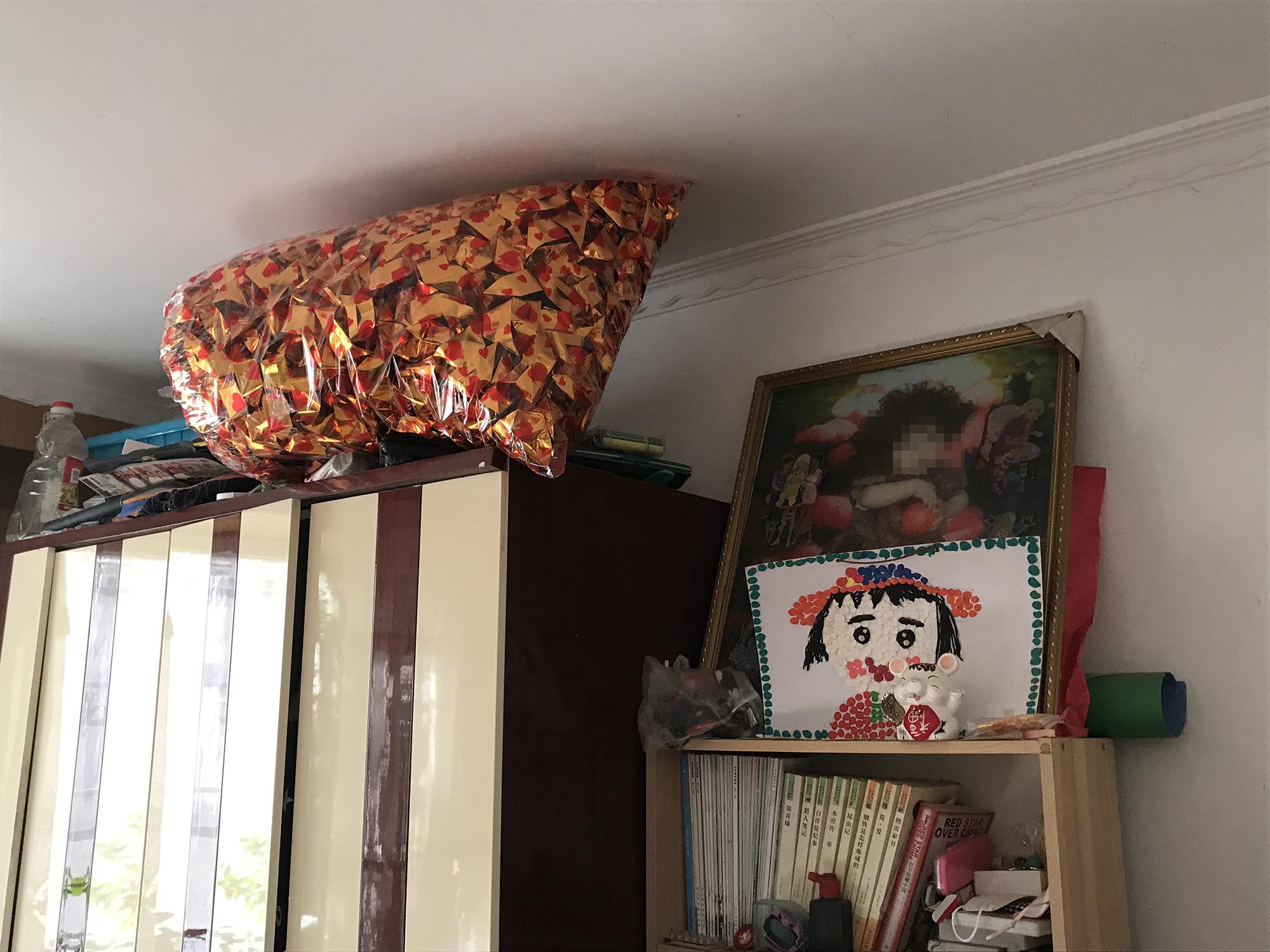 淇淇的照片和手工,一周年忌日前,母亲为她折了两万个元宝。澎湃新闻记者 沈文迪 图