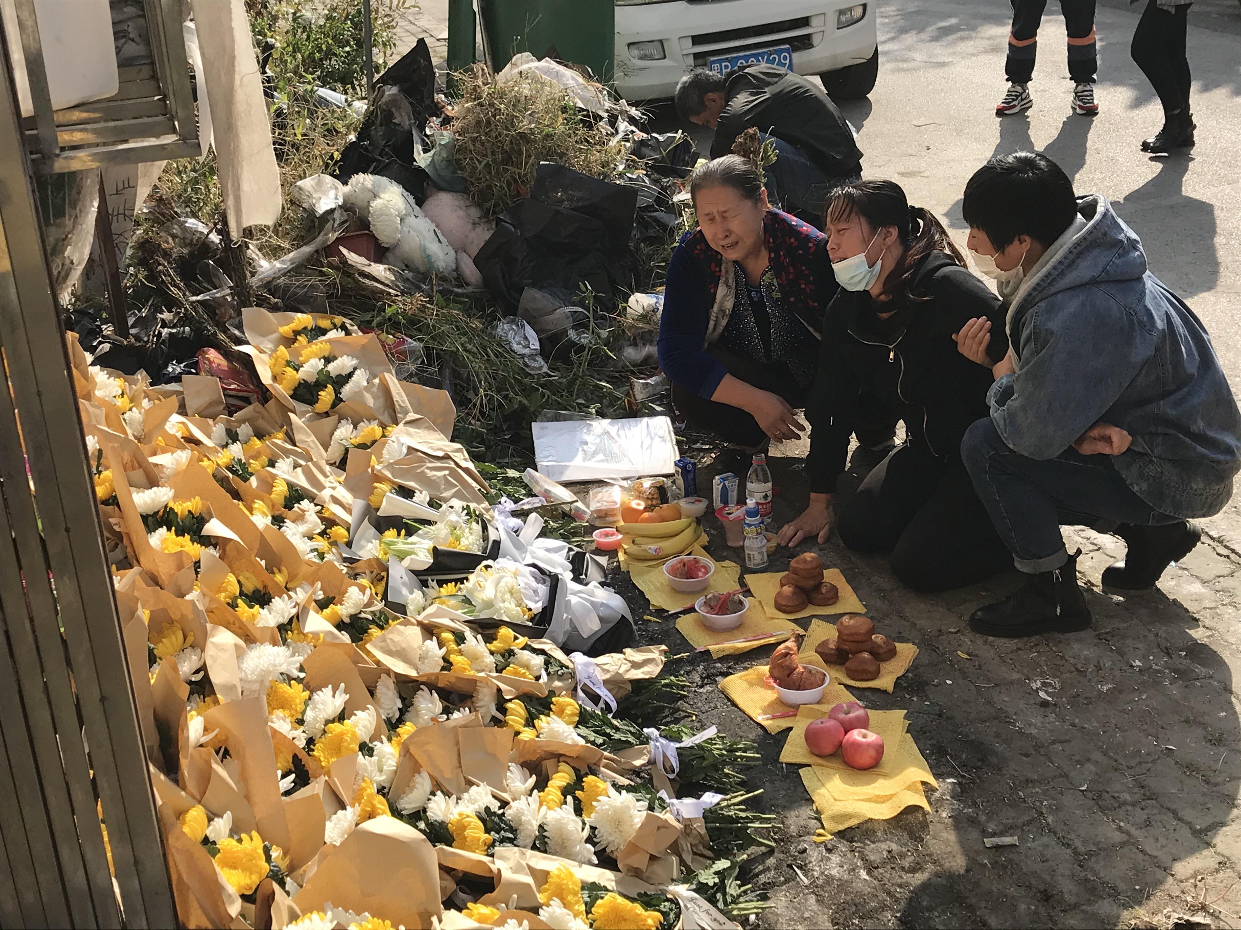 一周年忌日当天,贺美玲(中)哭成了泪人 澎湃新闻记者 沈文迪 图