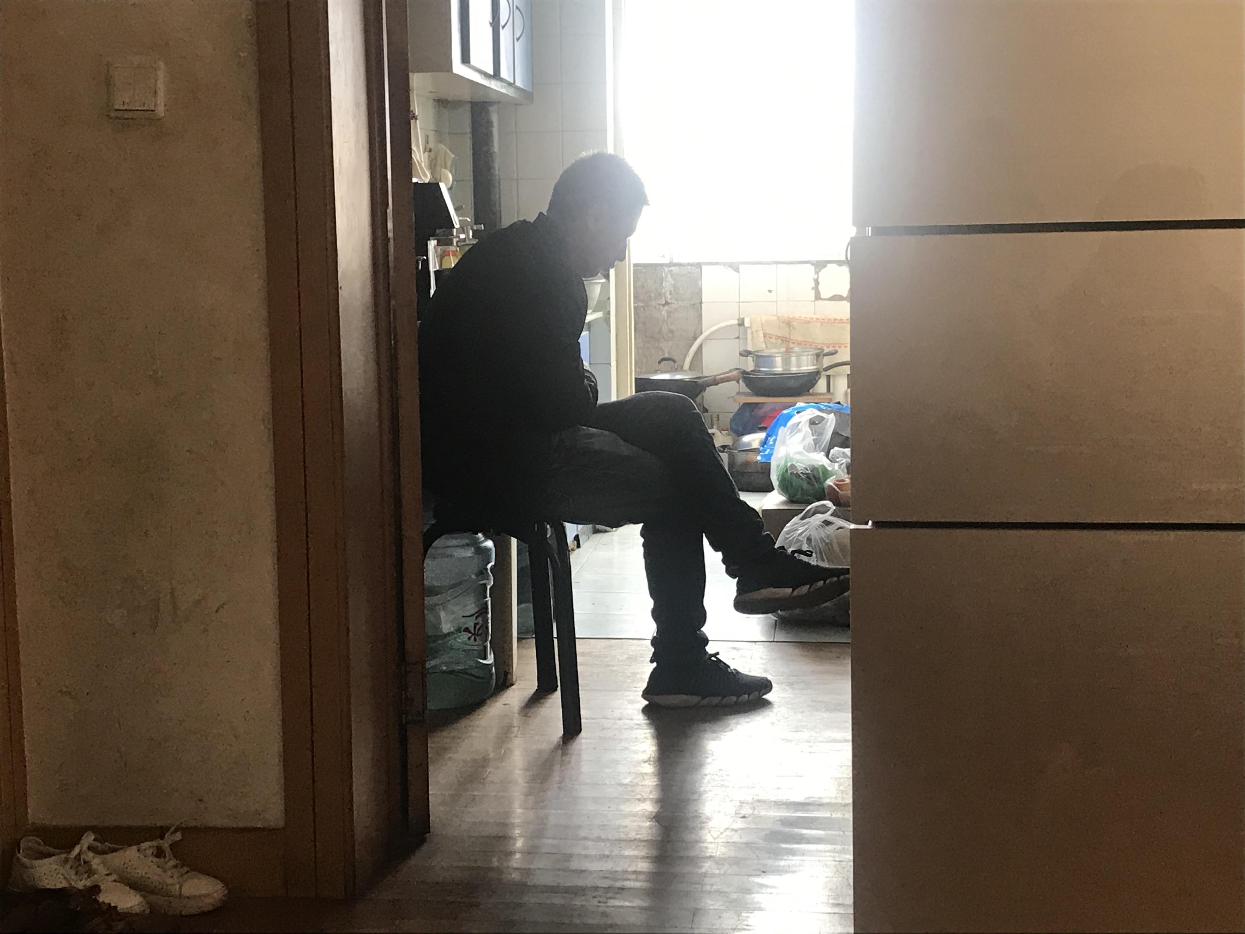 一周年祭奠结束后,王久章独自在过道里发呆。澎湃新闻记者 沈文迪 图