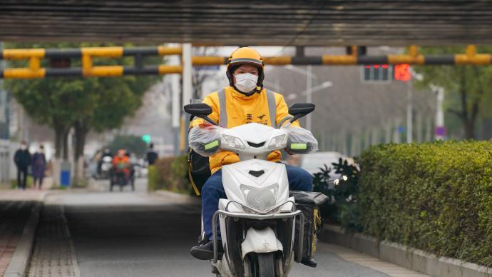 """外卖骑手""""打工人"""":被注视的劳动,被异化的生活"""