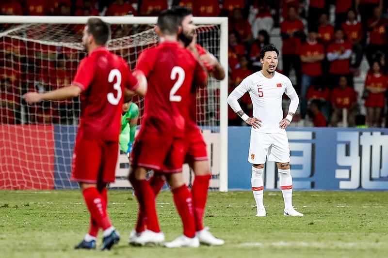 世预赛亚洲区40强赛中,国足客场1:2不敌叙利亚,比赛中对手先入一球,此后武磊凌空推射扳平比分,张琳芃不慎乌龙导致国足再度落后。图为张琳芃在比赛中。 视觉中国 资料图