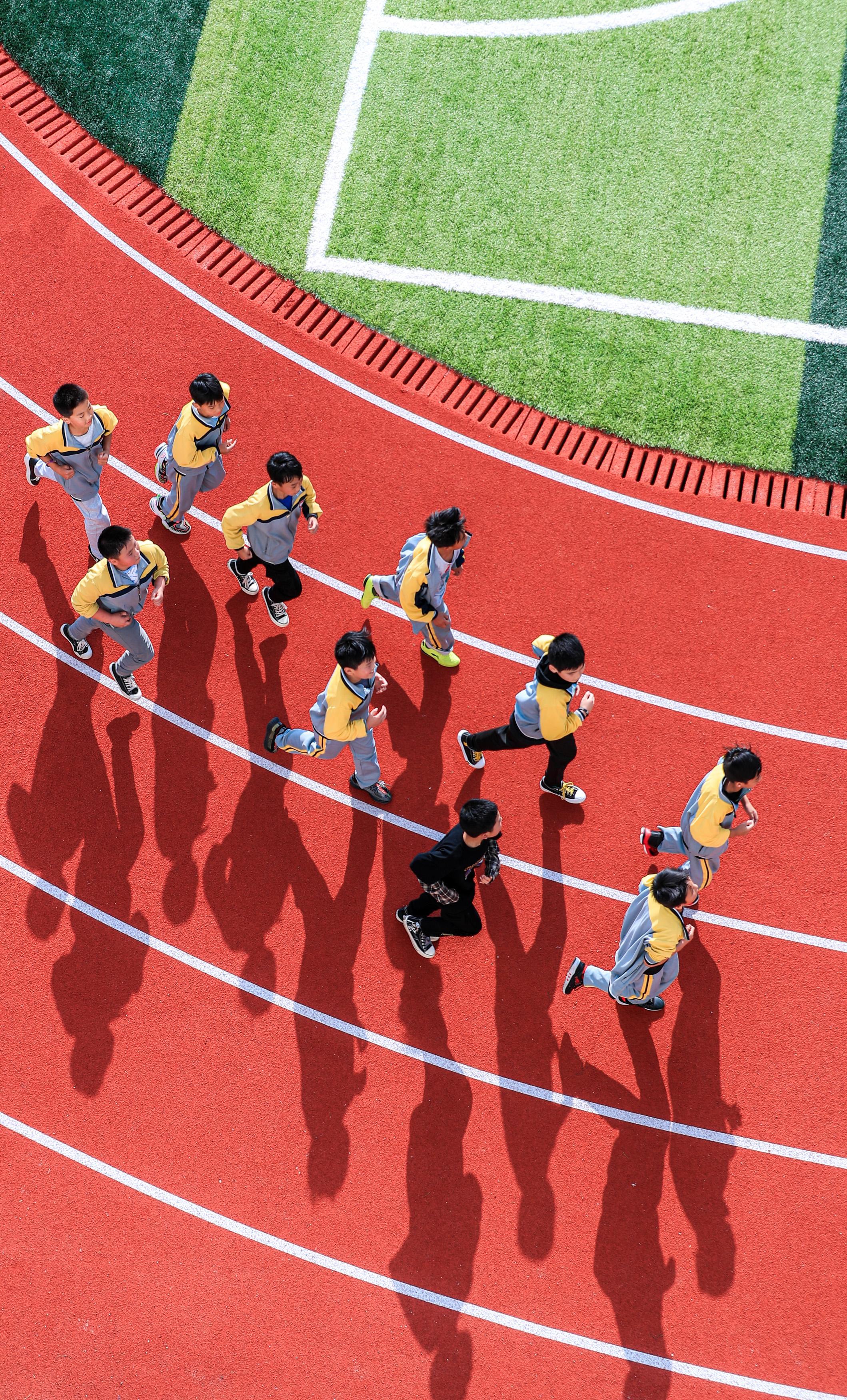 河南省栾川县狮子庙镇中心小学,学生们在上体育课。本文图片人民视觉 资料图