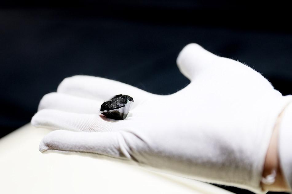 10月26日,工作人员展示88克拉超级黑钻。