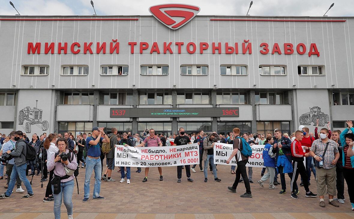 当地时间26日,参加罢工的明斯克拖拉机工厂工人。