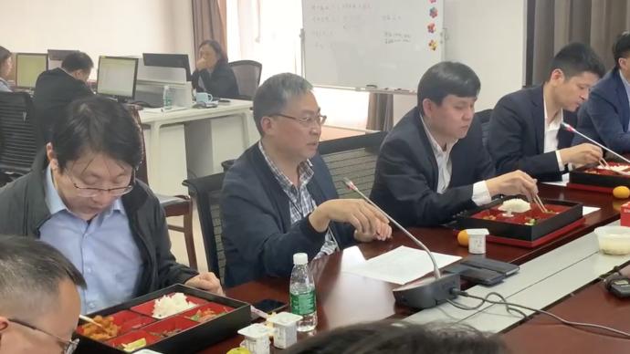 边吃盒饭边会诊,张文宏带领上海专家团队讨论新冠重症病例