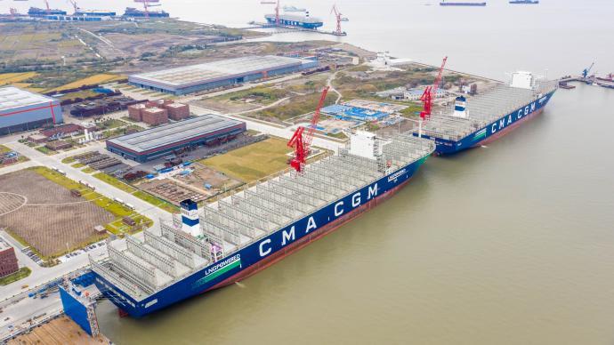 世界最大双燃料集装箱船在上海交付,可装23112个集装箱