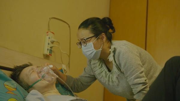 2020年3月,黄冲癌症转移,痛得难受,杜进帮他擦脸。