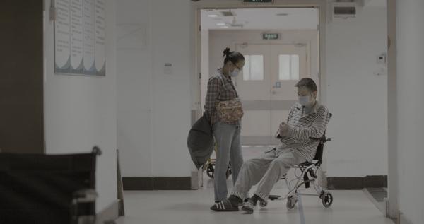 3月,杜进和黄冲在医院等候做CT。