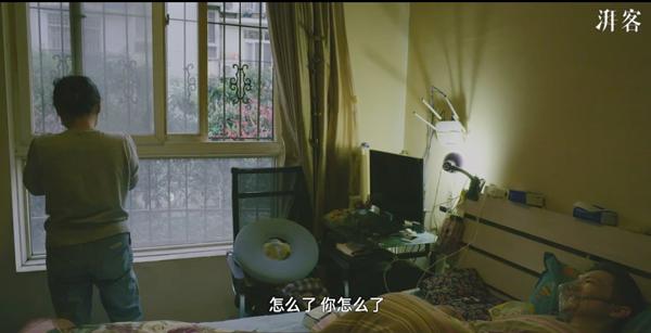 杜进听到黄冲的呻吟后,偷偷抹泪,黄冲担心地问她怎么了。