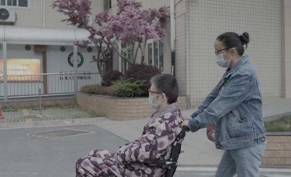 杜进推着黄冲去住院。