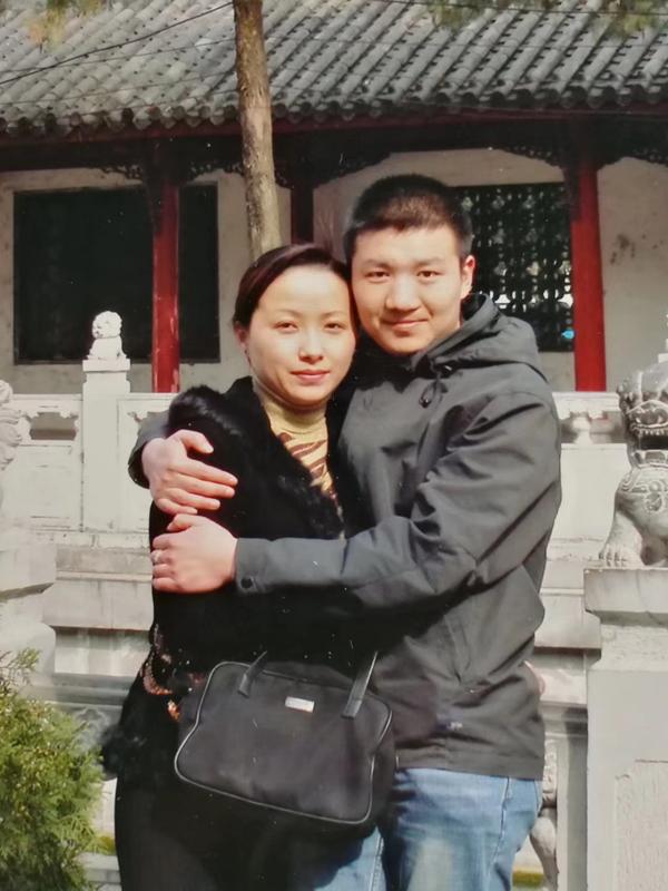 杜进和黄冲在上海豫园九曲桥上的合照。 受访者 供图