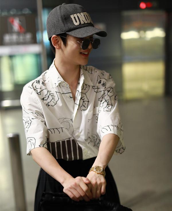 2018年5月9日,周震南出现在上海的机场。他所戴的这支金表价值不菲。图片来自视觉中国