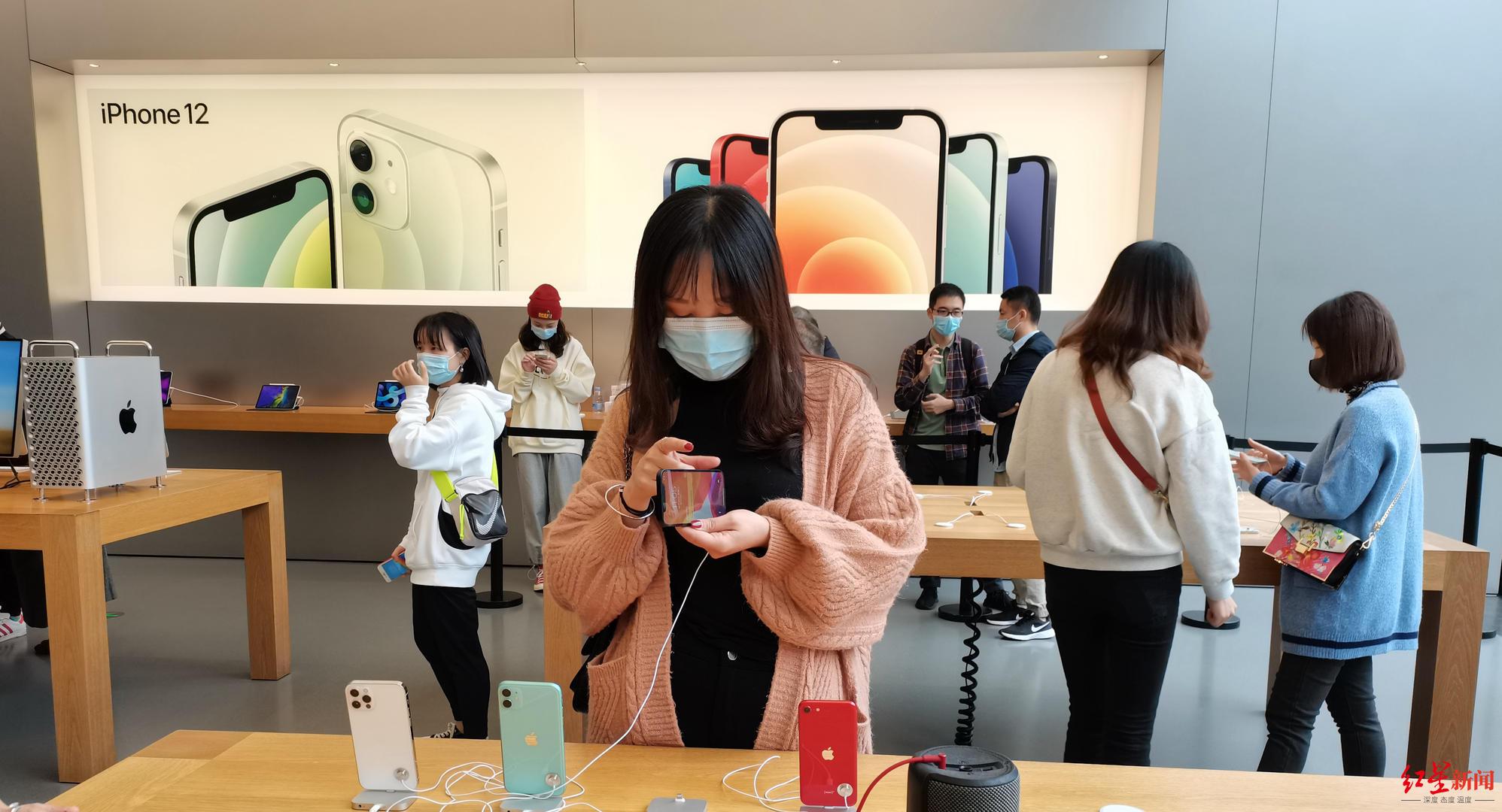 在苹果手机直营店,有消费者在选购iPhone12
