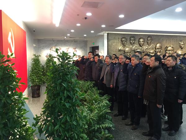 2018年1月26日,中共一大会址纪念馆,上海市路政局党员干部佩戴党徽,重温入党誓词。澎湃新闻记者 俞凯 图