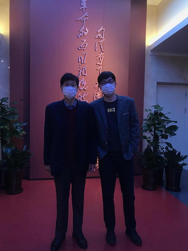 刘玉波(右)和父亲合影留念。 澎湃新闻记者 邓玲玮 图