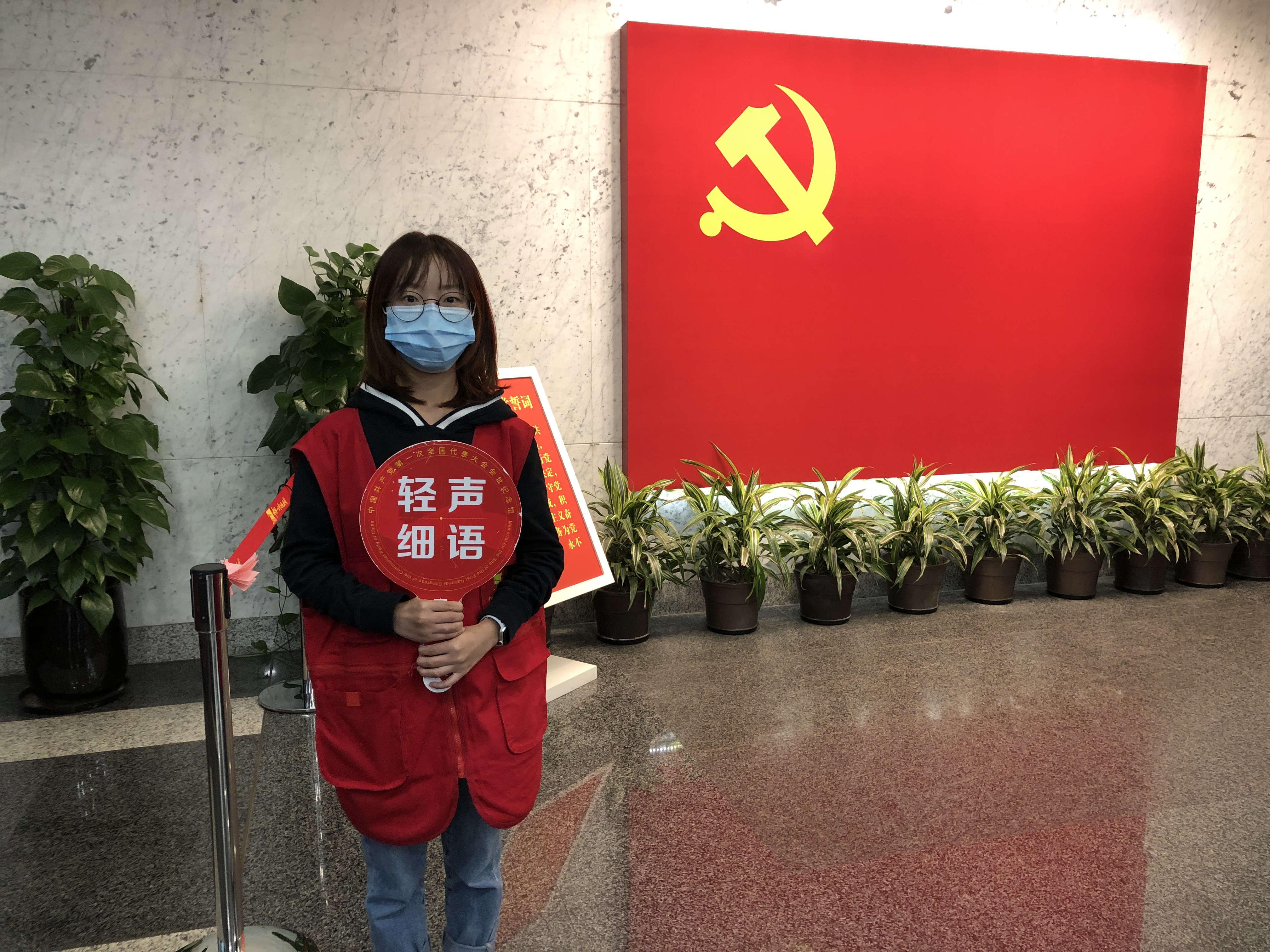 1993年出生的常俊在宣誓志愿者岗位上服务。 澎湃新闻记者 邹娟 图