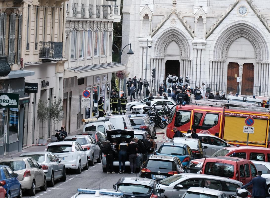 10月29日,应急人员在法国尼斯发生持刀伤人事件的教堂附近展开工作。 新华社 图