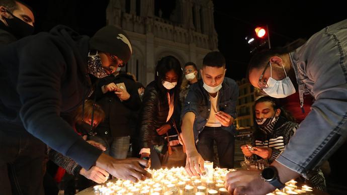 早安·世界 法國尼斯教堂襲擊案致3人死,民眾悼念死難者