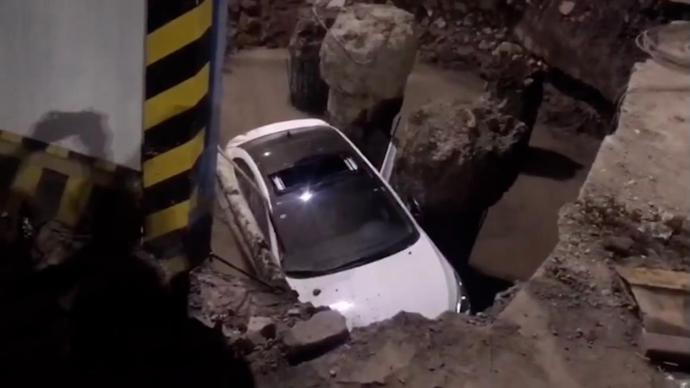 绍兴一女司机油门当刹车,轿车冲入工地大坑