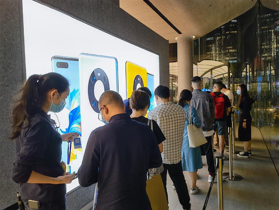 华为上海南京东路门店外排队取机器的队伍