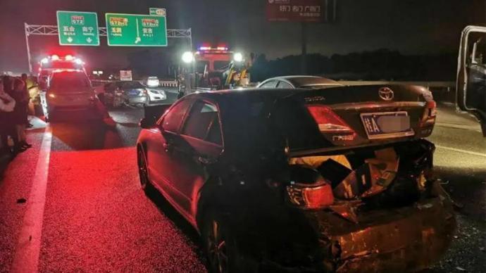 夜間行車未保持安全距離,廣西一高速路段百米內29車追尾