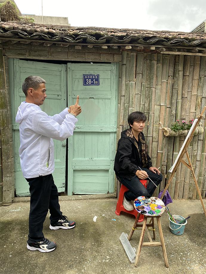 李松山对农民画充满了兴趣