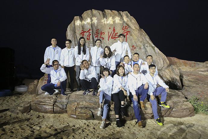 青春诗会参会诗人在霞浦海滩合影