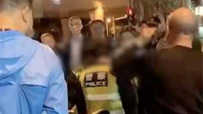 """上海警方:两男子穿""""警察""""字样背心举止异常,被传唤调查"""