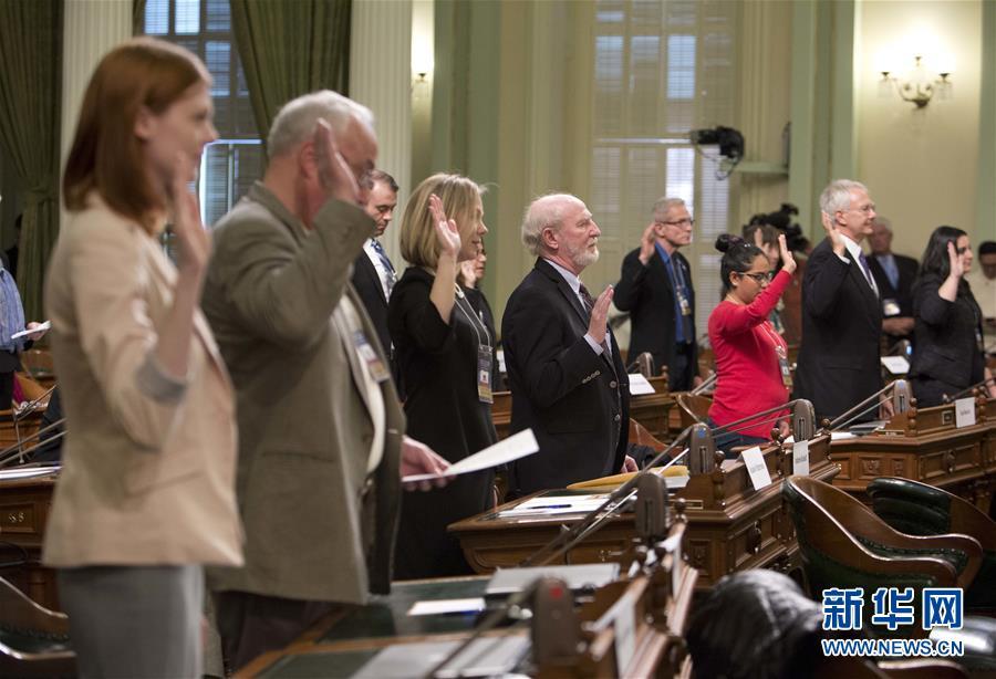 2016年12月19日,在美国加利福尼亚州萨克拉门托,加利福尼亚州选举人在投票前宣誓。