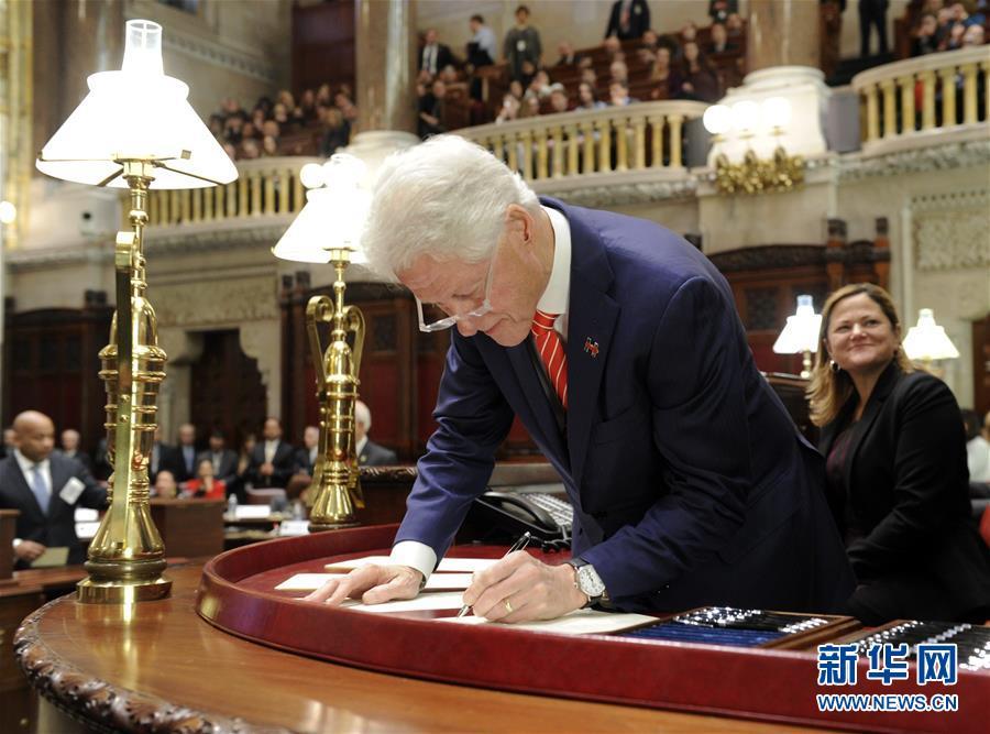 2016年12月19日,在美国纽约州奥尔巴尼,美国前总统、纽约州选举人比尔·克林顿在投票后签署文件。
