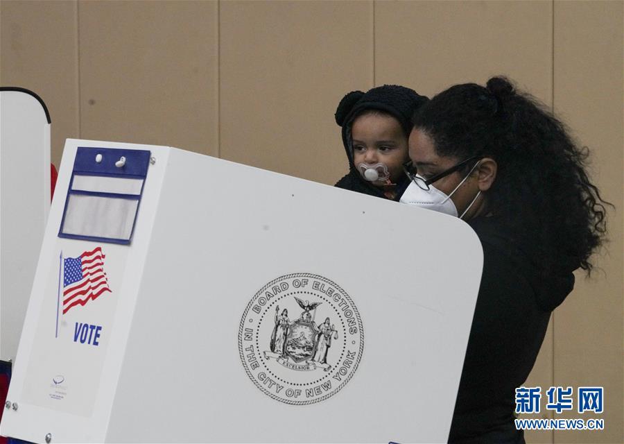 11月1日,选民在美国纽约一个投票站参加提前投票。 当日,为期9天的纽约州2020美国大选提前投票结束。
