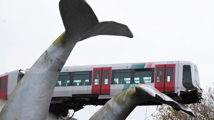 """早安·世界 有""""鯨""""無險!荷蘭輕軌沖出軌道被鯨魚雕像接住"""