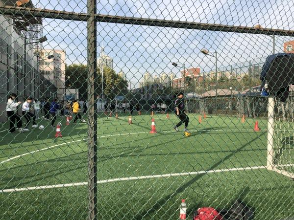 郑州九中初三学生在上足球课