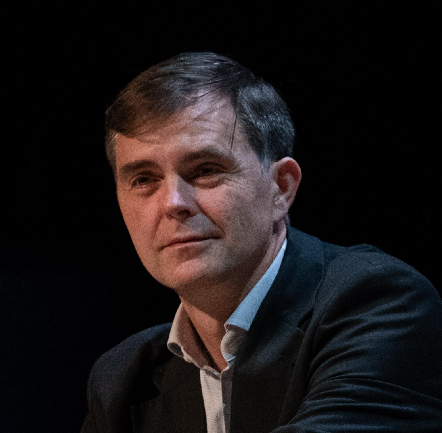 塞巴斯蒂安·博樂(Sébastien Bohler)擁有神經科學博士學位,是法國綜合理工學院工程師和講師,為《科學美國人腦科學》雜志的法國版《大腦與心理》(Cerveau & Psycho)擔任主編。在他的著作《人類的漏洞》(Le Bug humain)一書當中,他揭示了人類大腦功能的失調現象,認為它就是導致人為氣候環境災難的根源。