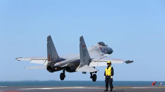 海軍首批生長模式艦載戰斗機飛行員通過著艦資質認證