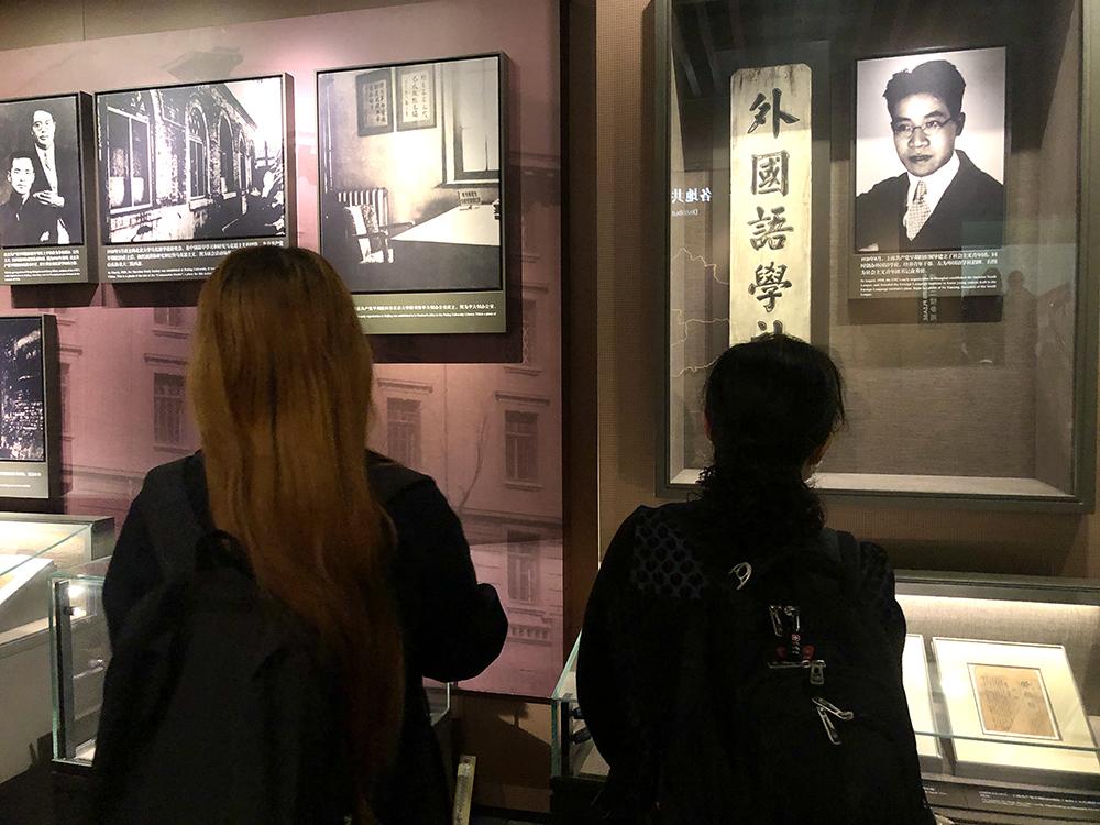 张力的妻子(右)和女儿(左)与他一同参观。  澎湃新闻见习记者 林栎昕 图