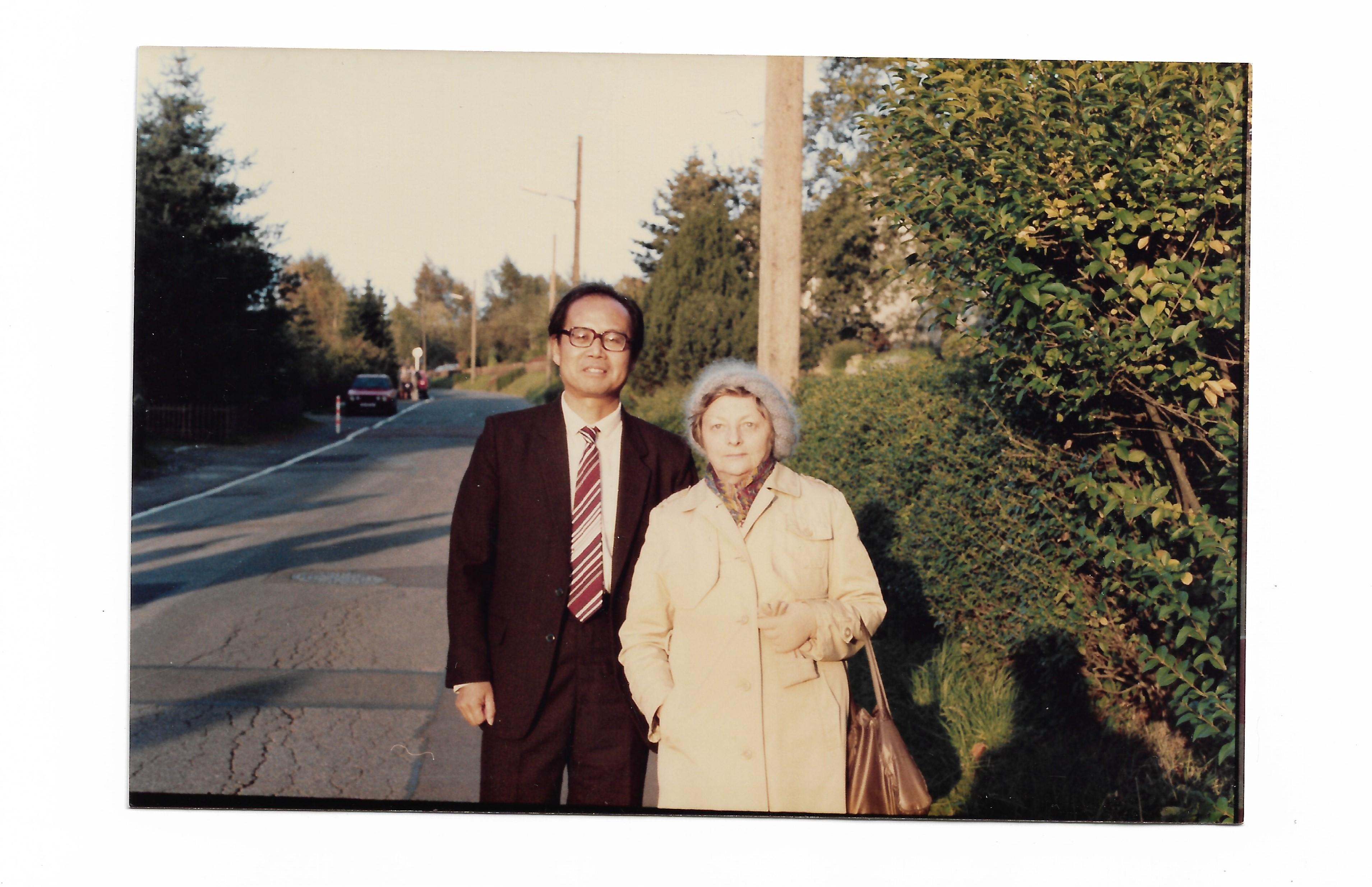 郑异凡与古尔维奇-布哈林娜在恩格斯的故乡!致中国读者的前言。德国伍珀塔尔留影,1988年10月