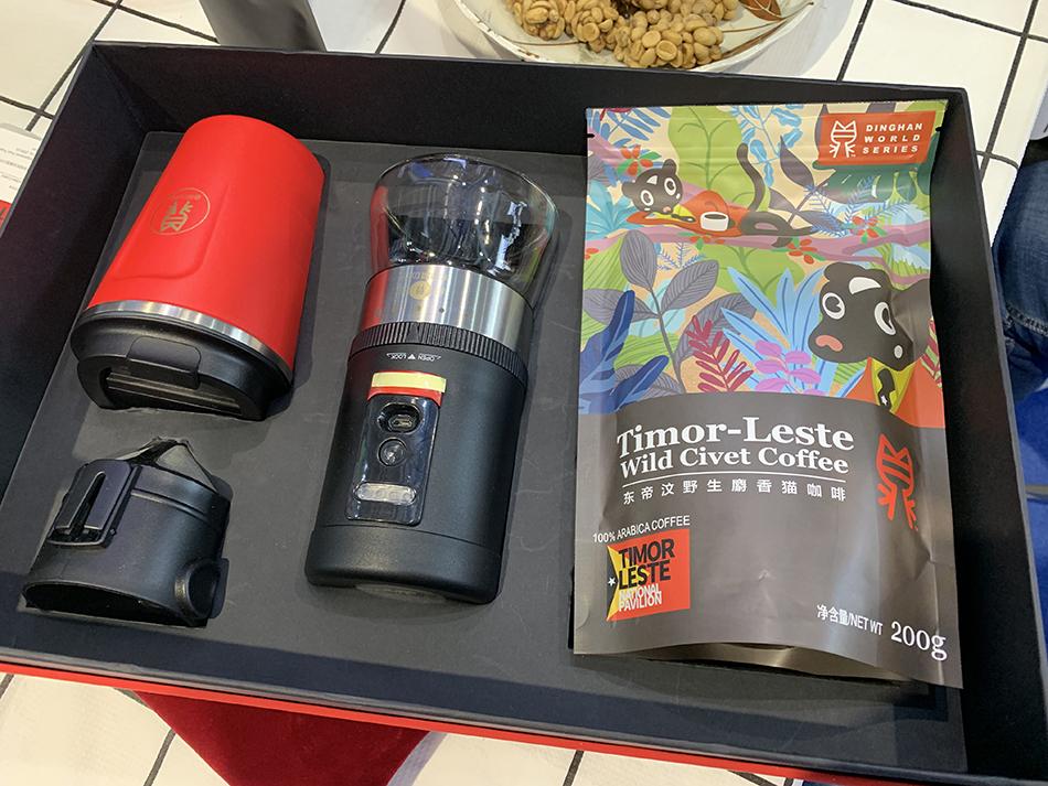 一袋200克咖啡、一台磨豆机、一个咖啡杯,这个礼盒售价5980元。