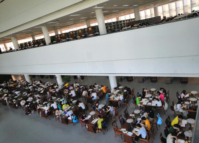 周终的图书馆内。
