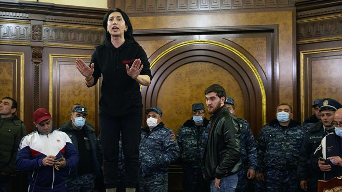 早安·世界|不滿停火協議,亞美尼亞示威者沖進政府大樓抗議