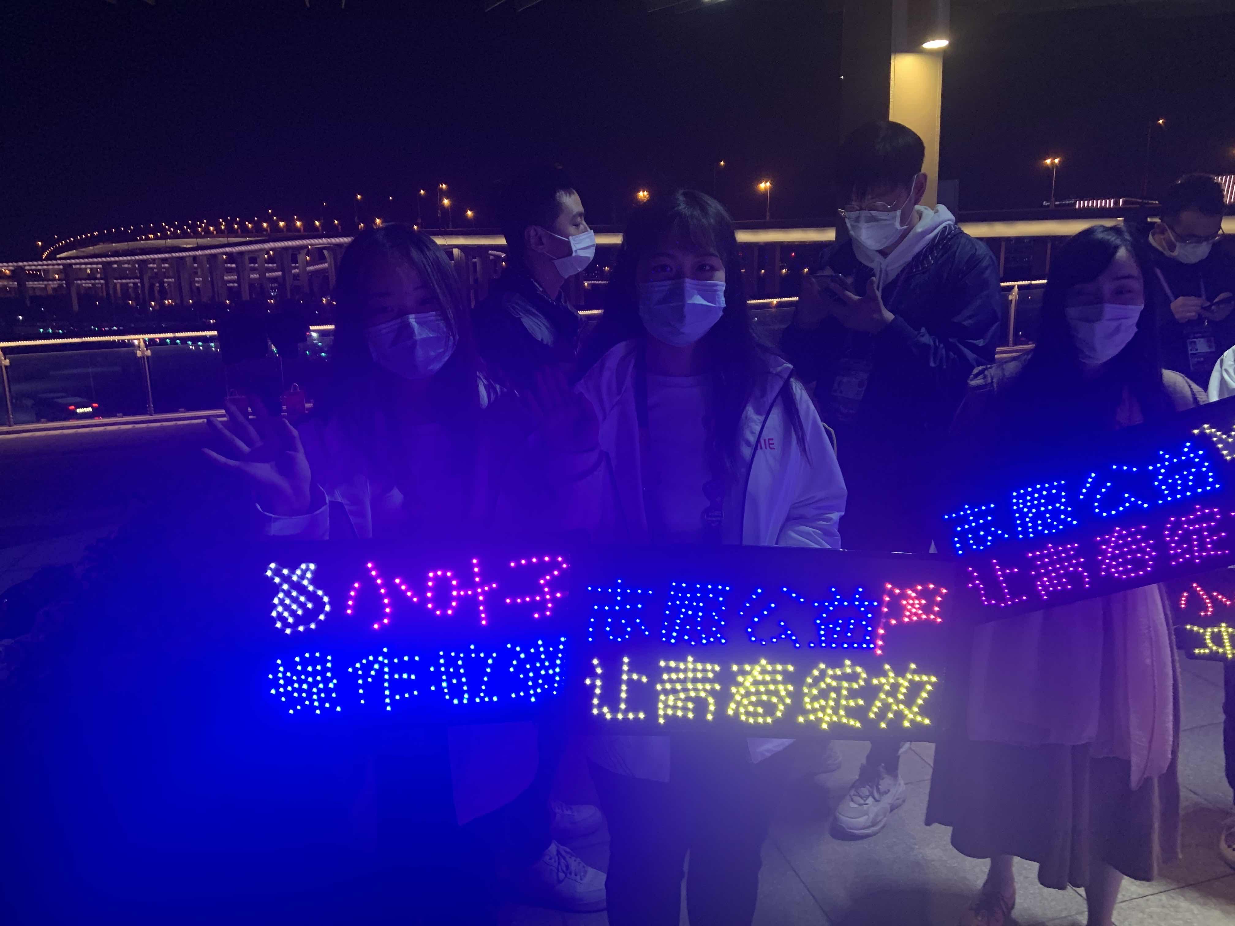 张逸婷(前排右一)和刘钰(前排左一)