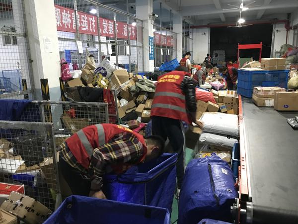 快递员们在抓紧时间打包。 澎湃新闻记者 沈文迪 图