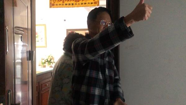 一位客户向尹叶东竖起了大拇指。视频截图
