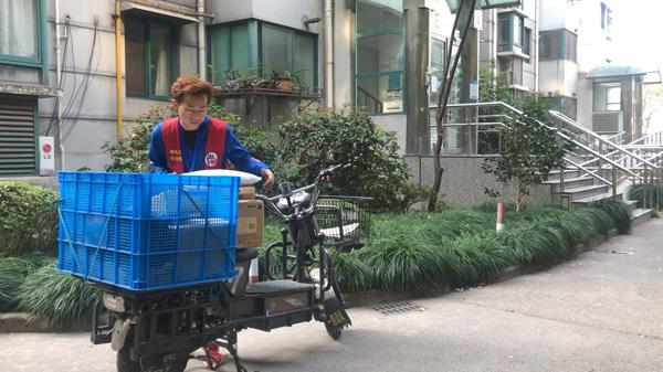 尹叶东正在小区里派送快递。视频截图