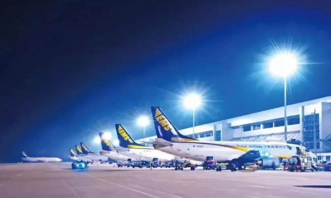 """为了让包裹""""飞""""得更快,中国邮政EMS航空自有33架飞机集体出动,并增开多个班次临时包机,确保全国重点城市""""直连"""",7*24小时全天候服务。"""