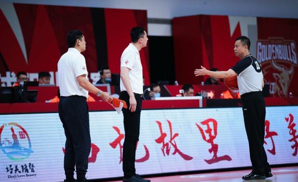 广东男篮主帅杜锋被惩出场。