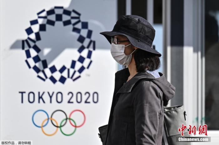 本料图:当天光阳10月21日,东京奥运会战残奥会计划委员会21日邪在东京腹媒体因然了,没有利看多等进进赛场时经过过程的走李安检区经营的真证真验。奥组委将依据本次的测试成效等,商议奥运时的对策。图为又名儿人走过2020年东京奥运会海报。