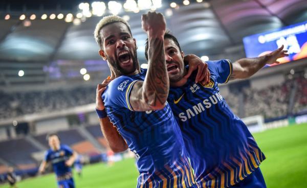 特謝拉和埃德爾慶祝進球。