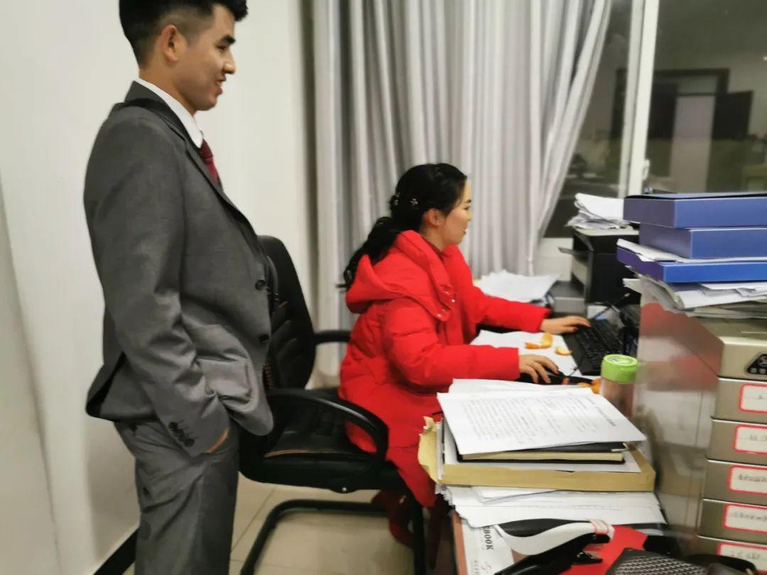 2019年12月30日晚,紫云縣四大寨鄉青年女干部伍夢騰在當晚出嫁時,為了給自己同事減輕工作壓力,主動到辦公室加班,他旁邊的新郎一直默默地陪著她。
