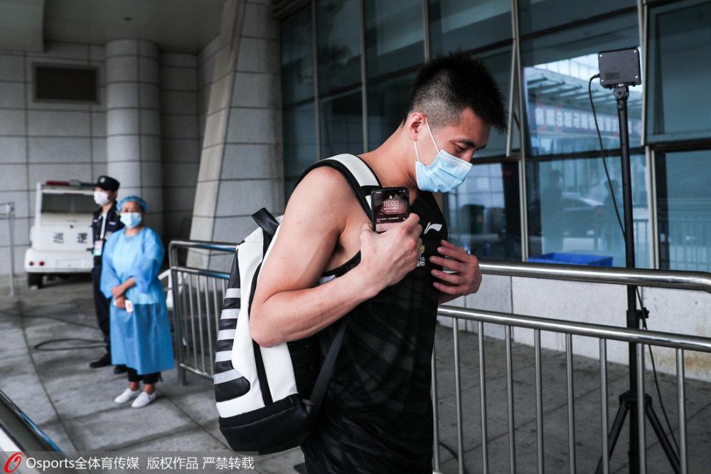 郭艾伦多次背着李宁竞品的包,被罚115万元。